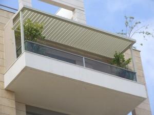 סוככים עם מנגנון חשמלי המיועדים למרפסת