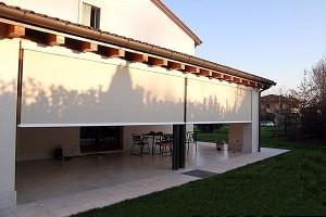 סוכך מסך בצבע לבן לחצר